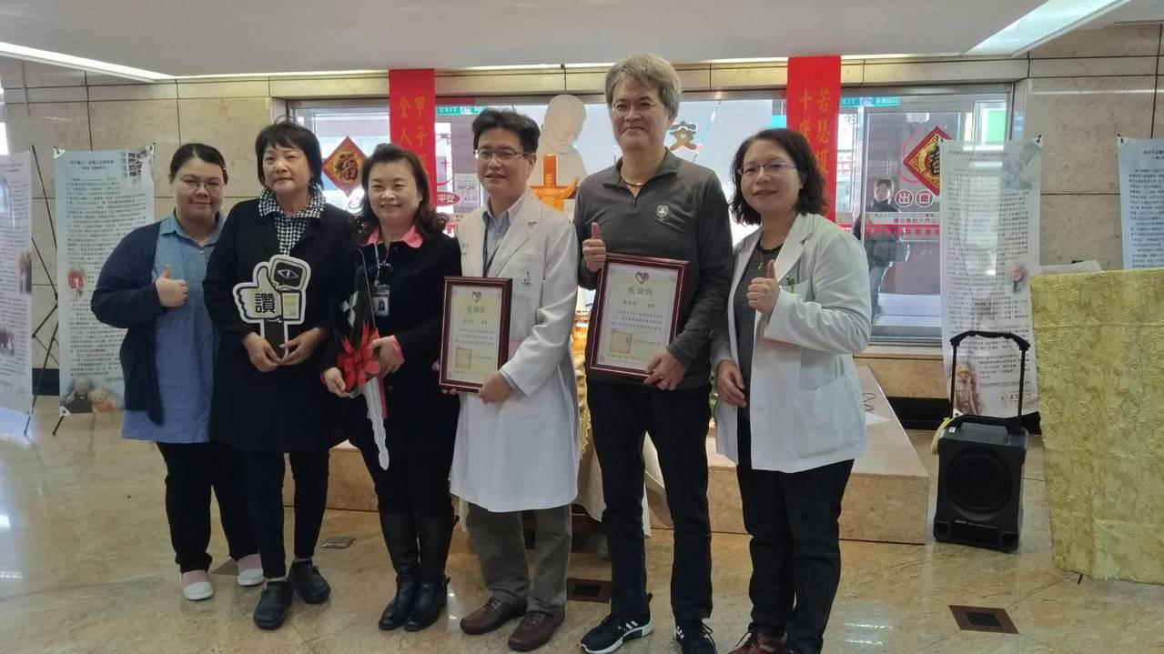 若瑟醫院中醫部主任黃柏銘(右3)和端唯公司負責人陳泰祥(右2)今天捐贈一輛交通車...