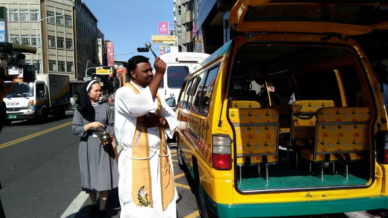 嘉義教區狄鐸神父主持新車祈福禮,為新車駕駛和幼童祈禱行車平安。記者蔡維斌/攝影