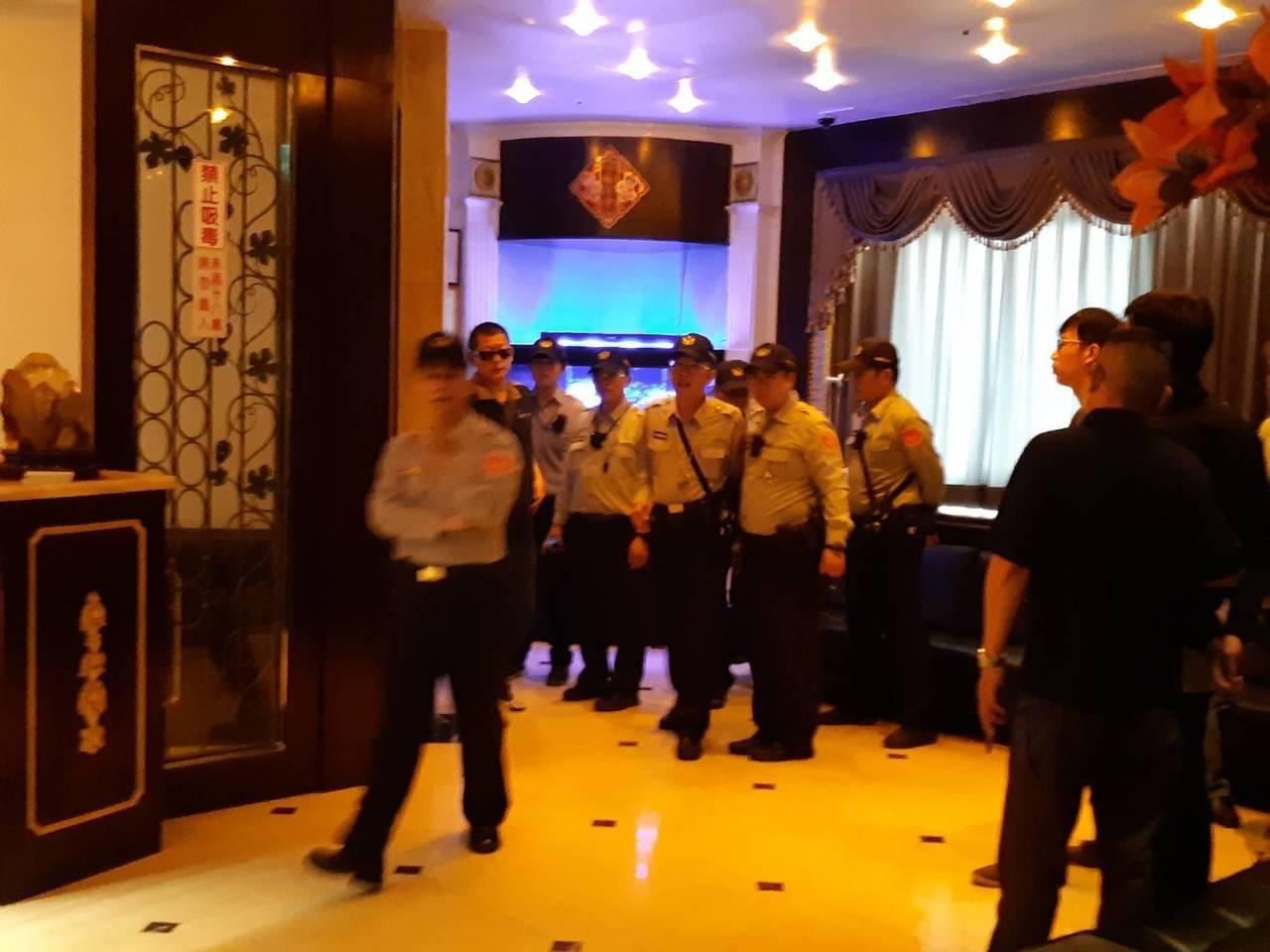 高雄市警方今天下午前往臨檢「魚翅樓」,清查後並未發現有越南籍脫團旅客藏身在店內工...