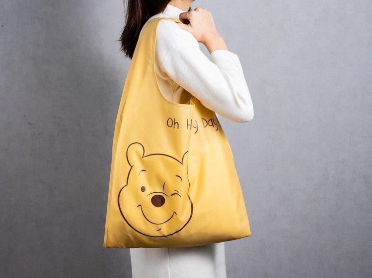購買玩偶福袋,就有機會獲得米奇或維尼圖樣的迪士尼系列購物袋。圖/HOLA提供