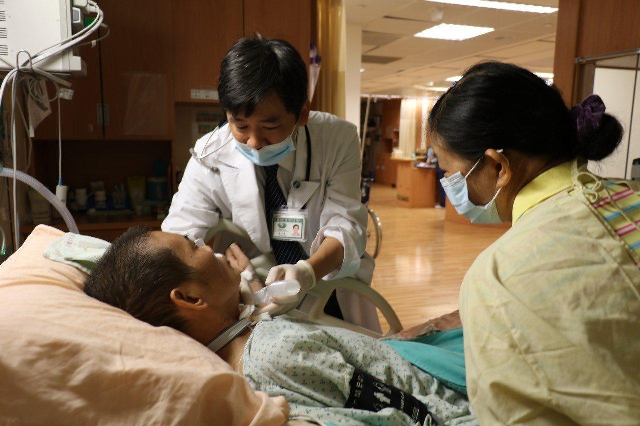 簡男有糖尿病史,因感冒自行停藥一個月,後來因高燒不退,急診發現他的肝與肺都有膿瘍...