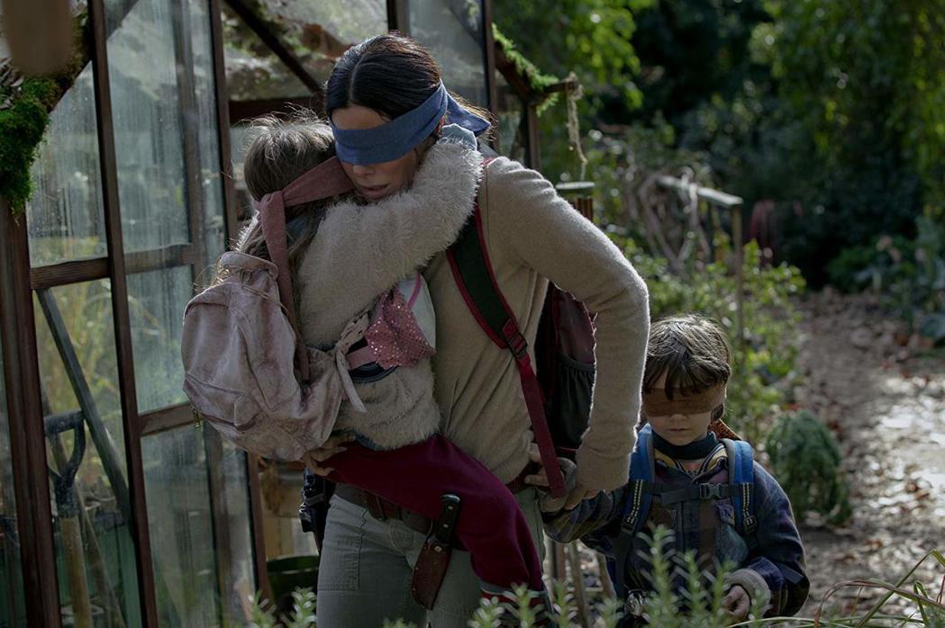 珊卓布拉克在「蒙上你的眼」與兩個小童星有相當多對手戲。圖/Netflix提供