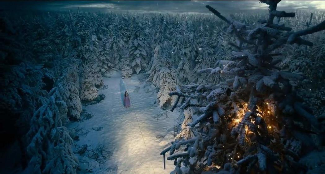 「胡桃鉗與奇幻四國」砸重金打造出充滿童話色彩的場面。圖/摘自imdb