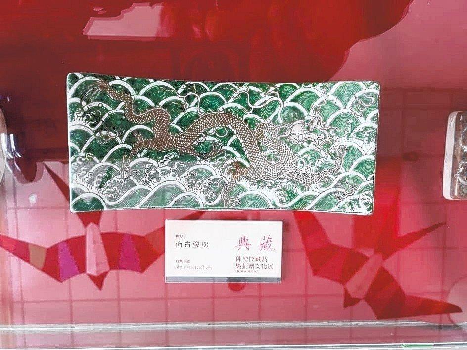 台中市民陳堃樑捐給金門的古代瓷枕相當精緻。 記者蔡家蓁/攝影