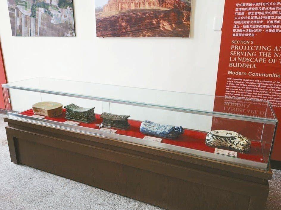 台中市民陳堃樑捐給金門各式各樣的古代瓷枕,造型迥異,展現出先民的生活智慧,目前在...