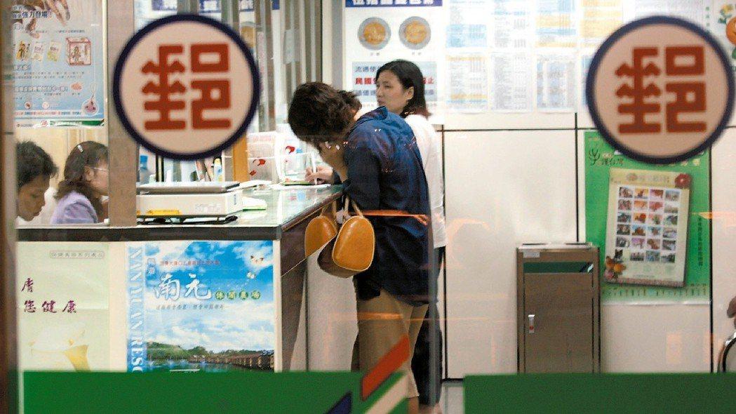 郵局明年起不提供發票兌領服務。 報系資料照