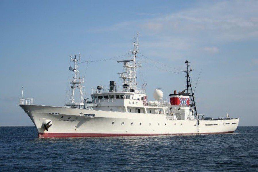 陸籍漁船傳出日前在日本鹿兒島縣近海違法捕魚,面對日本水產廳取締船,不但逃逸,還將...