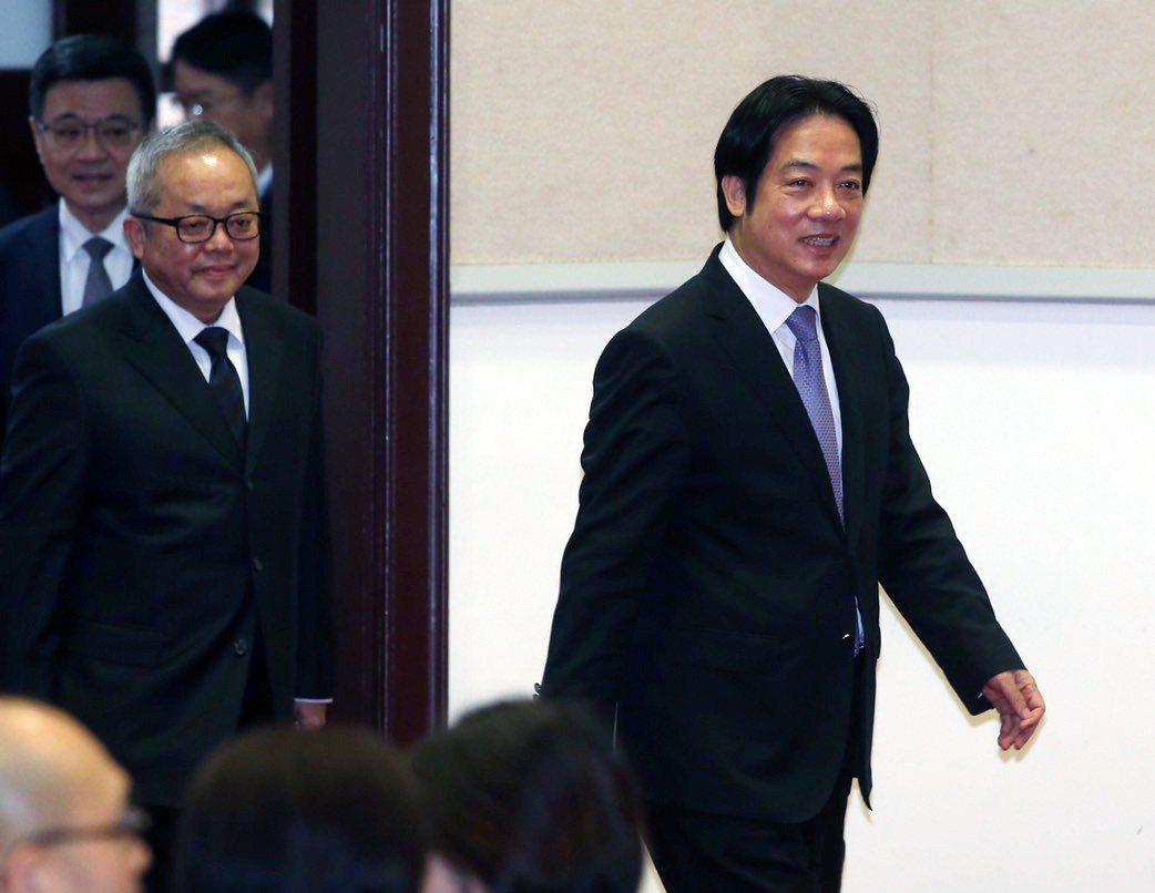 行政院長賴清德(右)上午率副院長施俊吉(左二)、秘書長卓榮泰(右一)在行政院舉行...