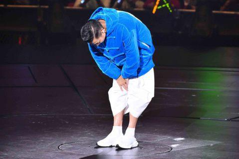 天王劉德華昨晚在香港紅館開唱,但因喉嚨發炎「失聲」,撐到第3首喊卡取消演唱會,他紅著眼眶向歌迷解釋,並鞠躬道歉,讓人相當心疼,更讓人擔心天王的健康狀況。而任達華、舒淇、楊丞琳、劉若英、古巨基等眾星紛...
