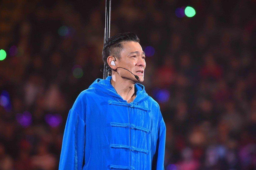 劉德華28日因為喉嚨發炎,唱到第3首歌就宣布中止演唱會,他落淚鞠躬道歉。圖/台灣...