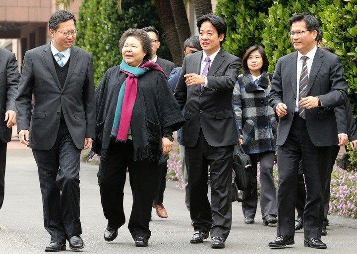 4年前,新任六都市長首度列席行政院會,當時高雄市長陳菊(左二)領軍,台南市長賴清...