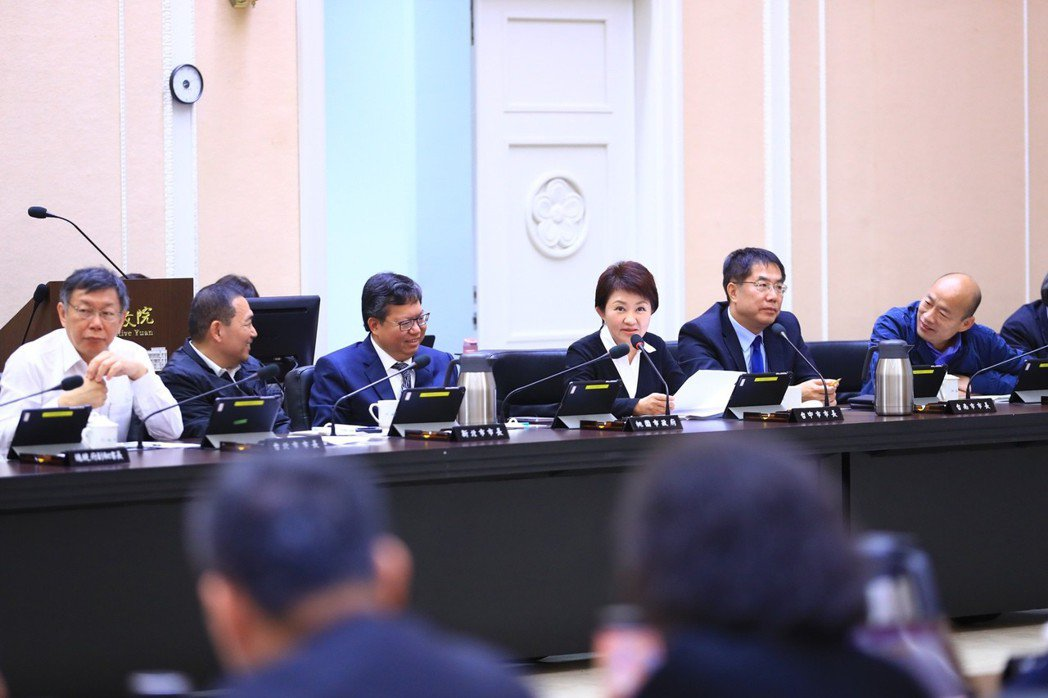 六都首長就職後,都親自出席首次行政院會,六人政治光譜分屬藍綠白,衣著語言也透露玄...