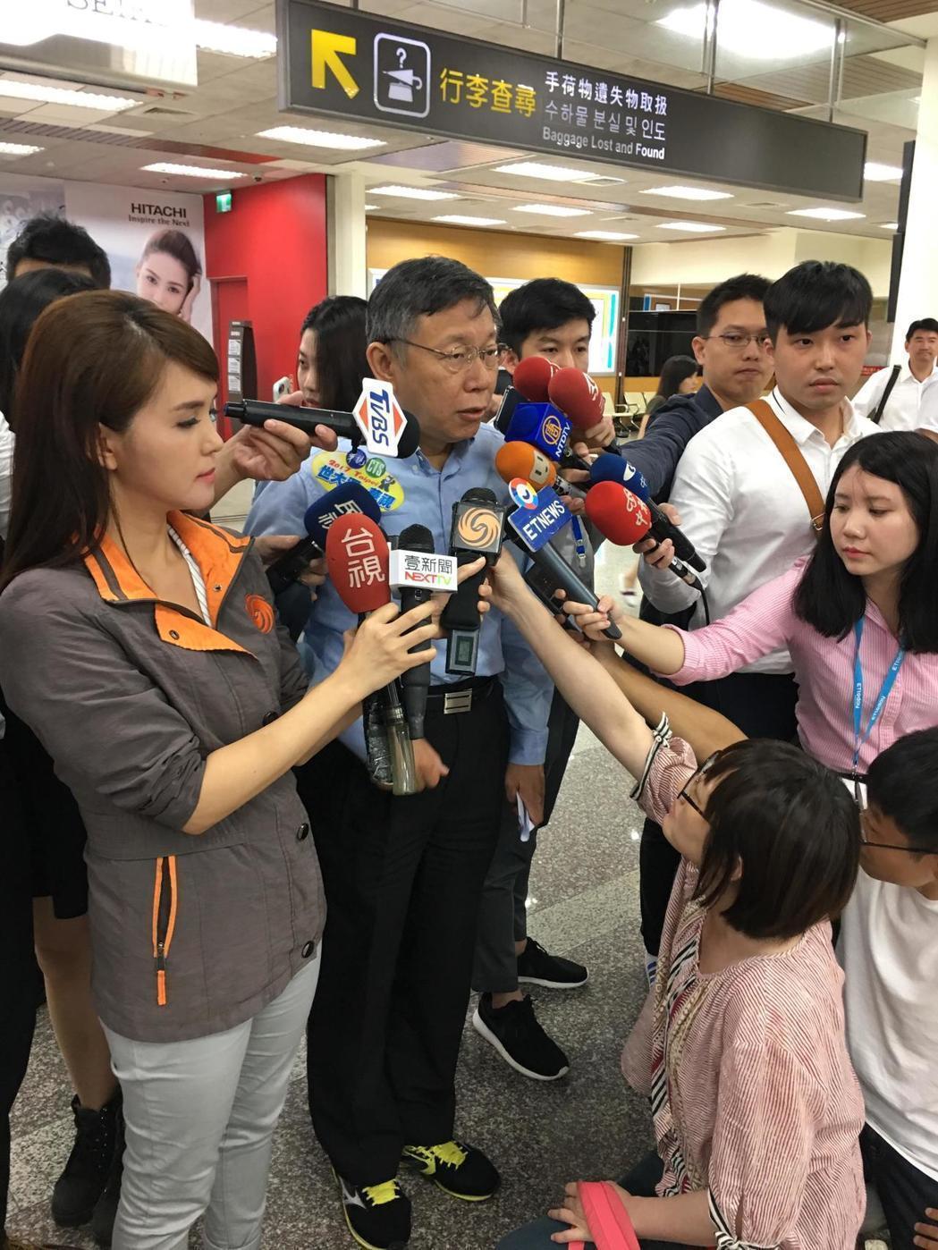 台北市長柯文哲常在正式場合,以西裝褲和襯衫搭配運動鞋。圖/聯合報系資料照片