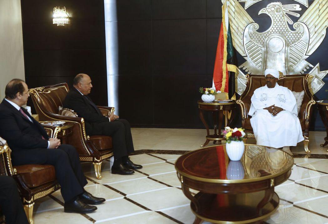 巴席爾(右)27日會見來訪的埃及外長蘇克里(中)與情報局長卡邁勒(左)。 (法新...