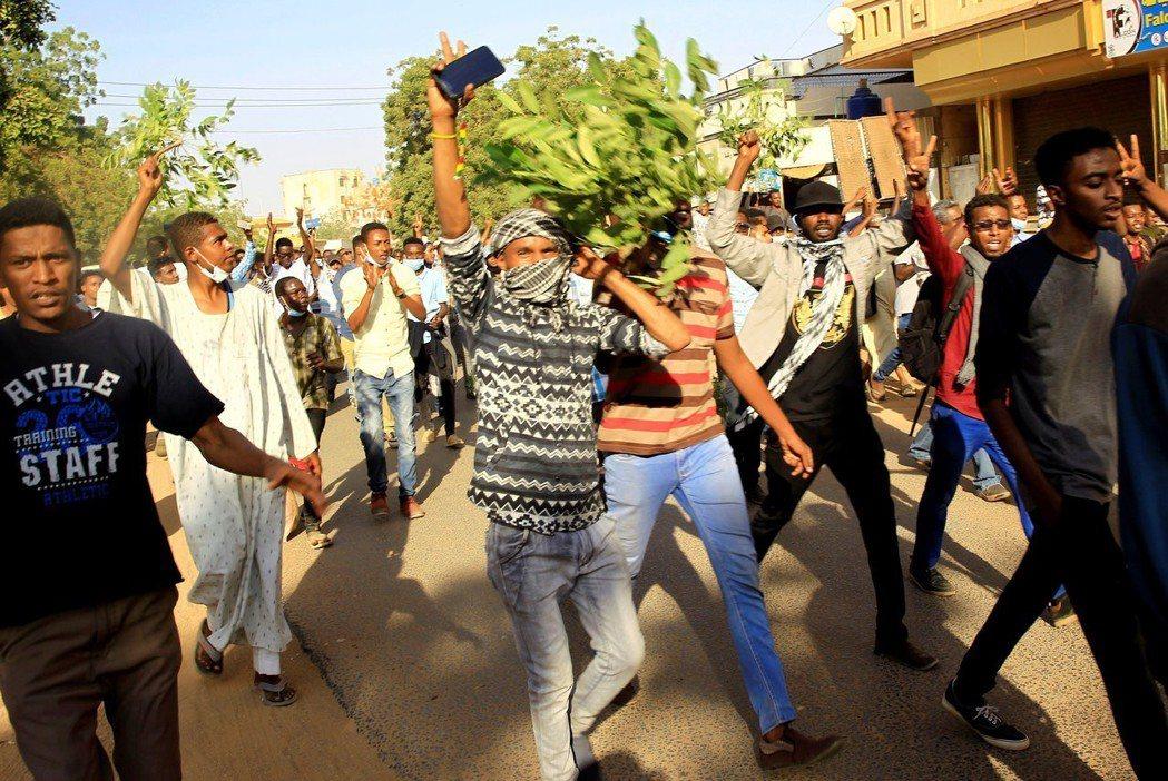 蘇丹反政府街頭抗爭活動愈演愈烈。 (路透)