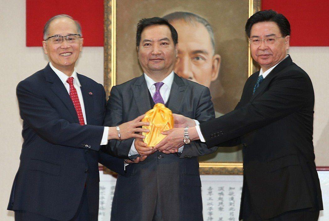 今年二月,外交部長吳釗燮(右)與卸任部長李大維(左)完成交接。圖╱聯合報系資料照...