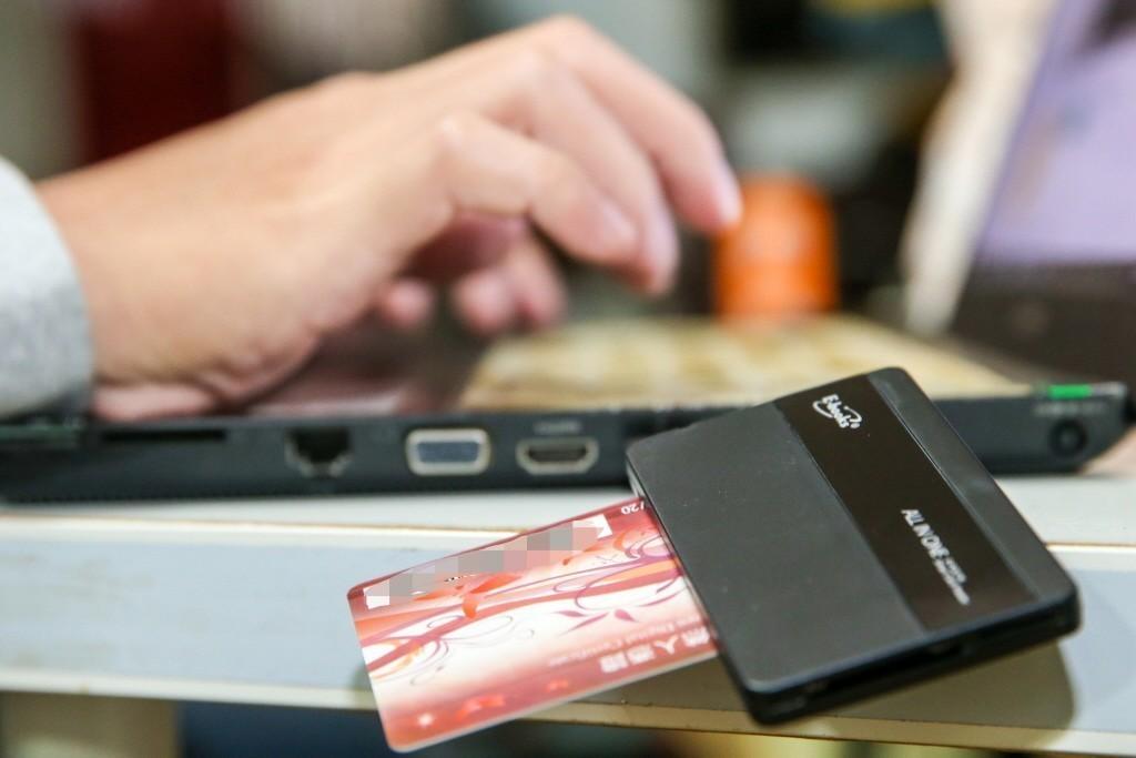 明年10月換發數位身份識別證 導入駕照健保卡功能