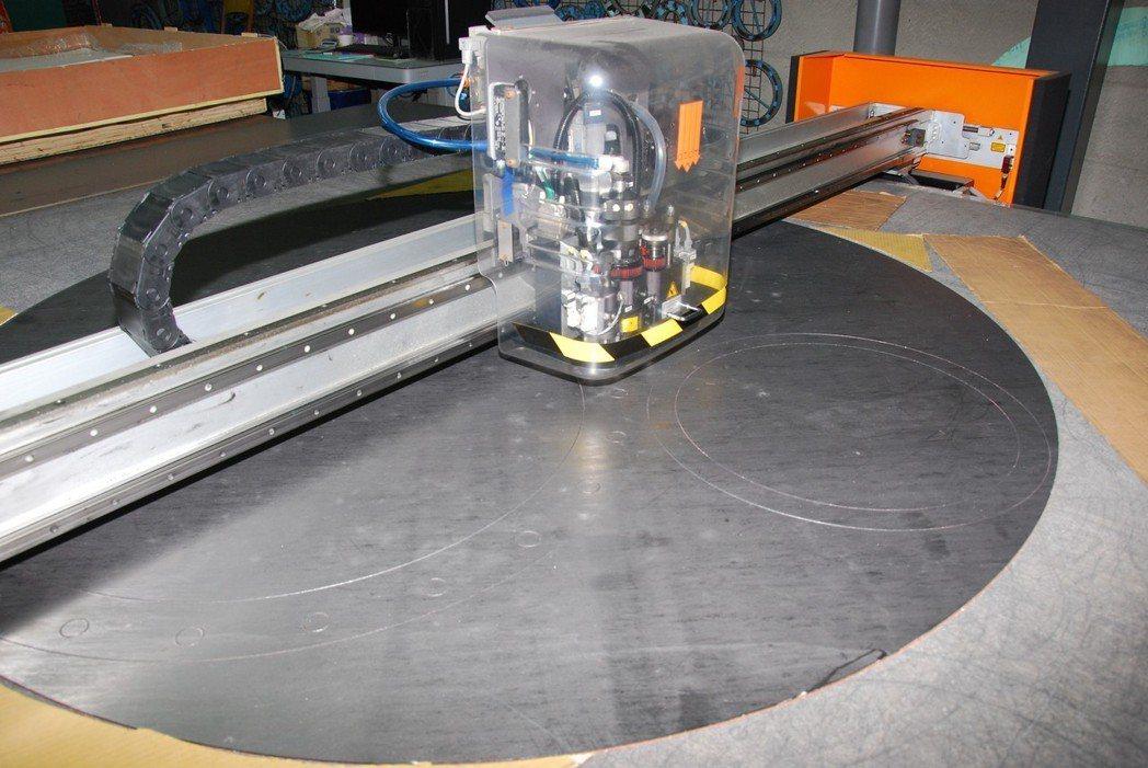 透過上方投影設備的投射,可精準的循線裁切,各種形狀都可製作。 楊鎮州/攝影