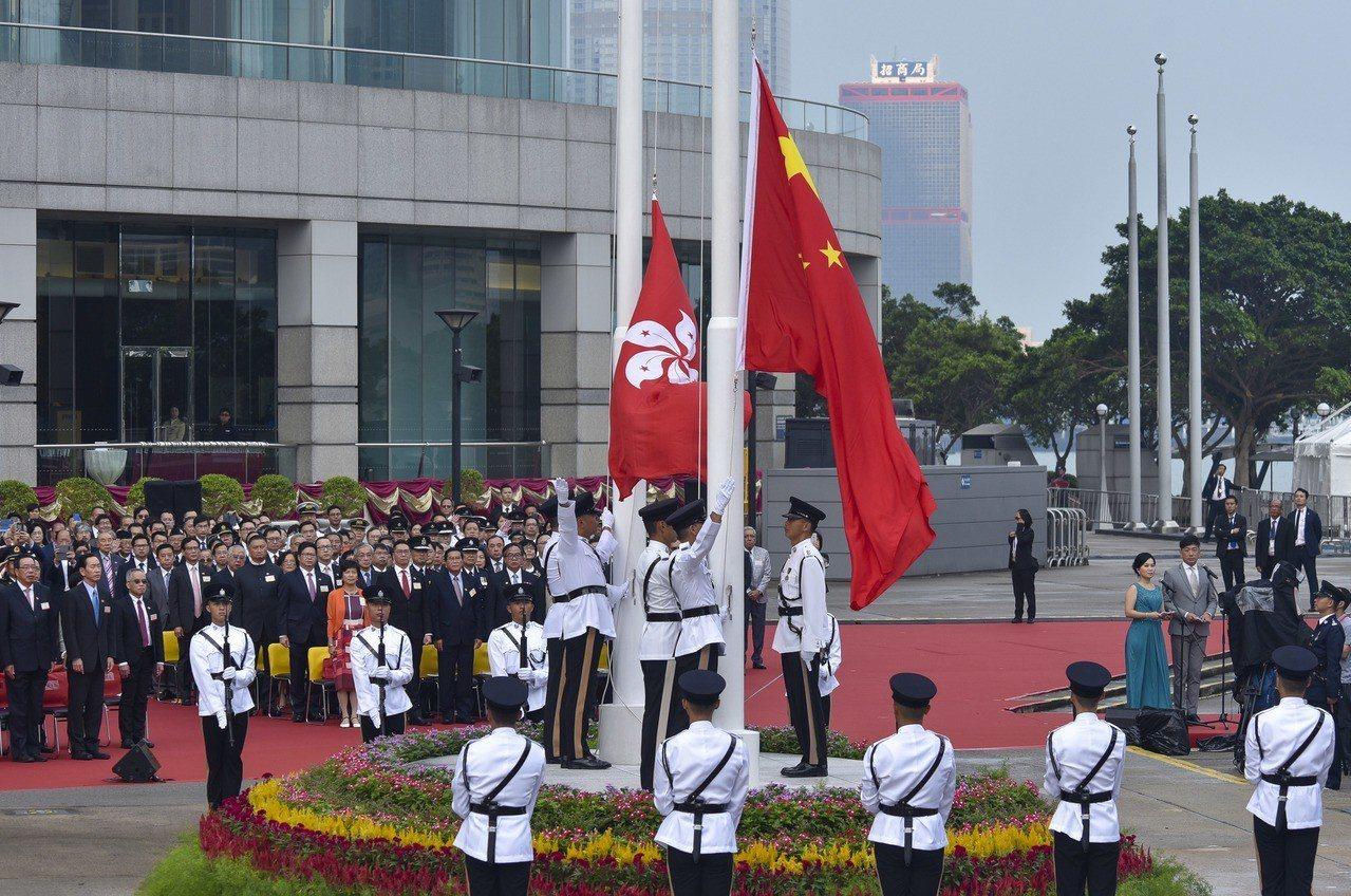香港「中國人」身分認同,傘後新低。 中新社