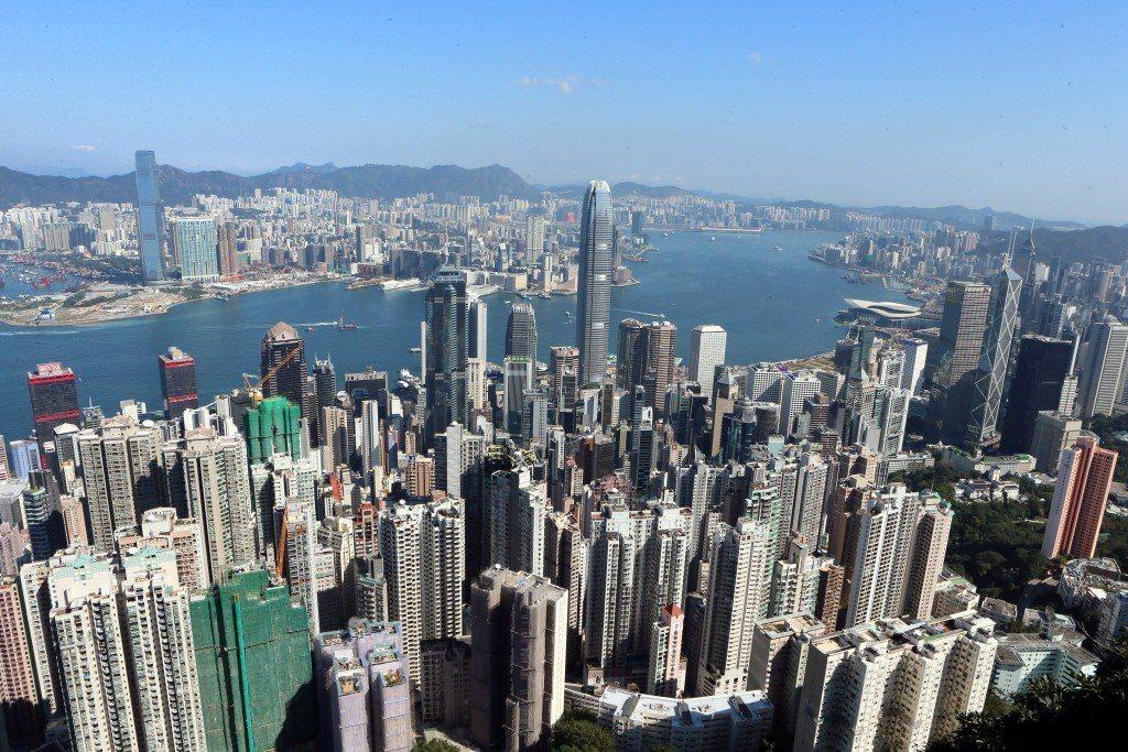 一項新調查顯示,逾半香港受訪者預期,未來半年香港樓價至少跌1成。新華社