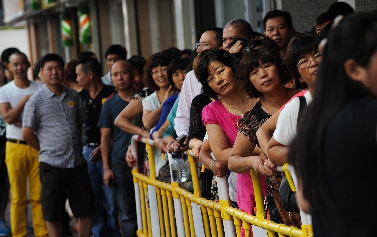 日湧1.2萬人,大陸團擠爆香港土瓜灣,導致「居民看到旅遊團就火大」。新華社資料照