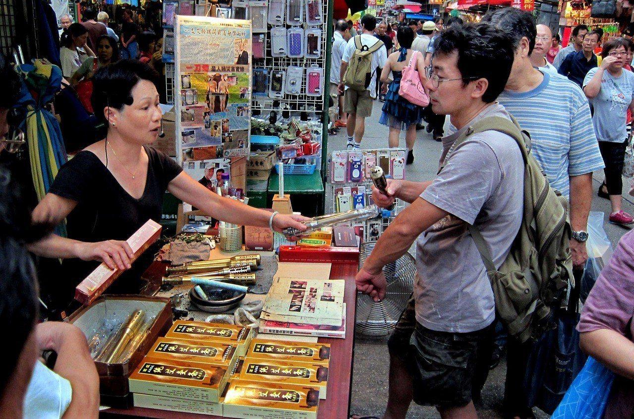 香港長沙灣近年出現「假民宿」現象,區議員懷疑有大陸的傳銷人員以舊樓為基地,長時間...