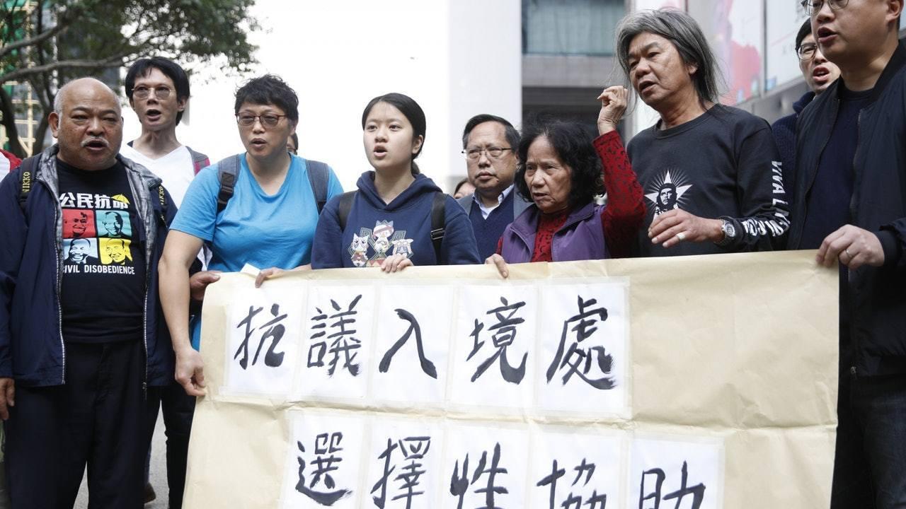 香港保釣行動委員會成員郭紹傑、嚴敏華本月12日到日本靖國神社外抗議,並焚燒道具「...