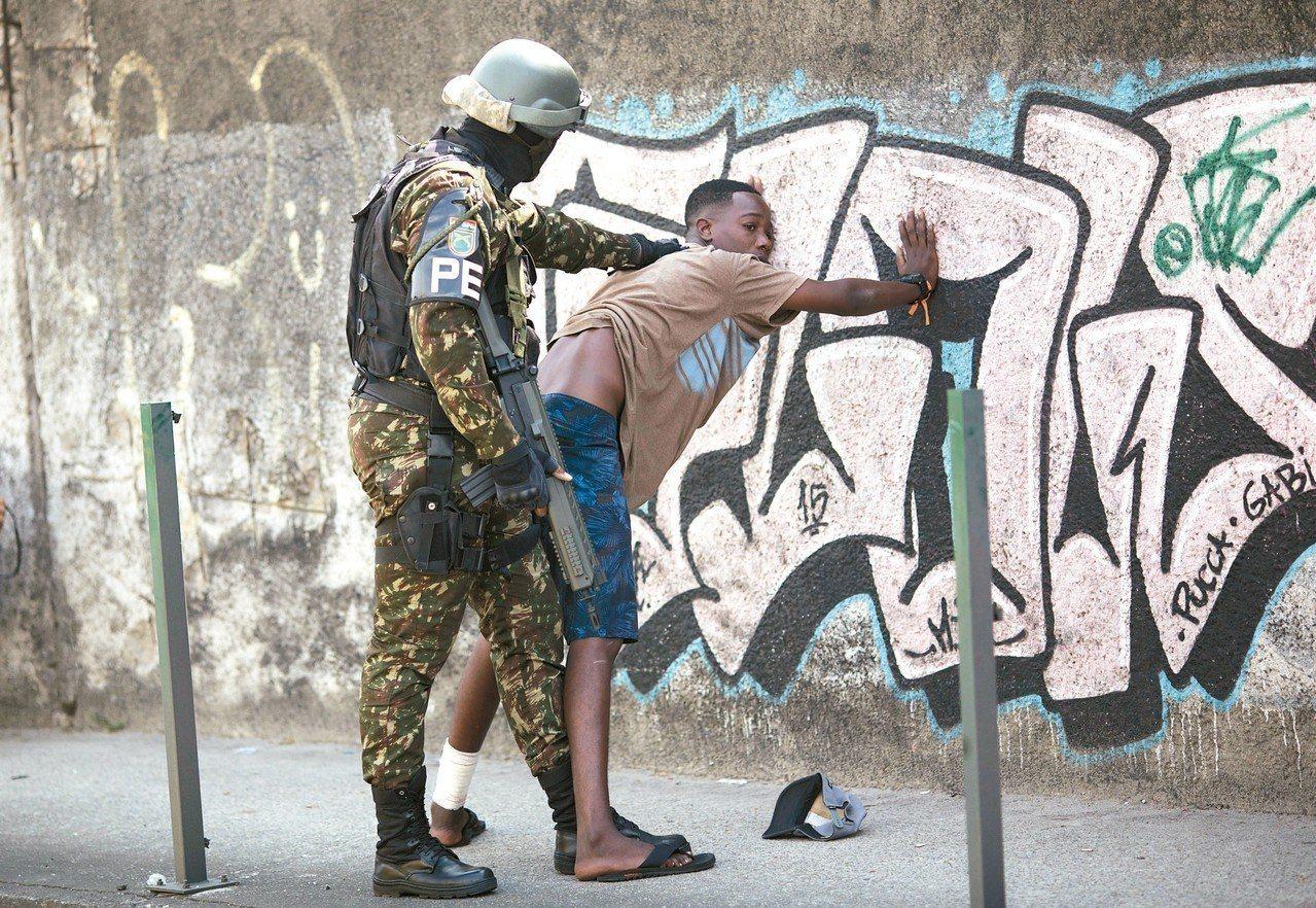 巴西里約熱內盧州今年主要靠軍隊維持治安。 美聯社