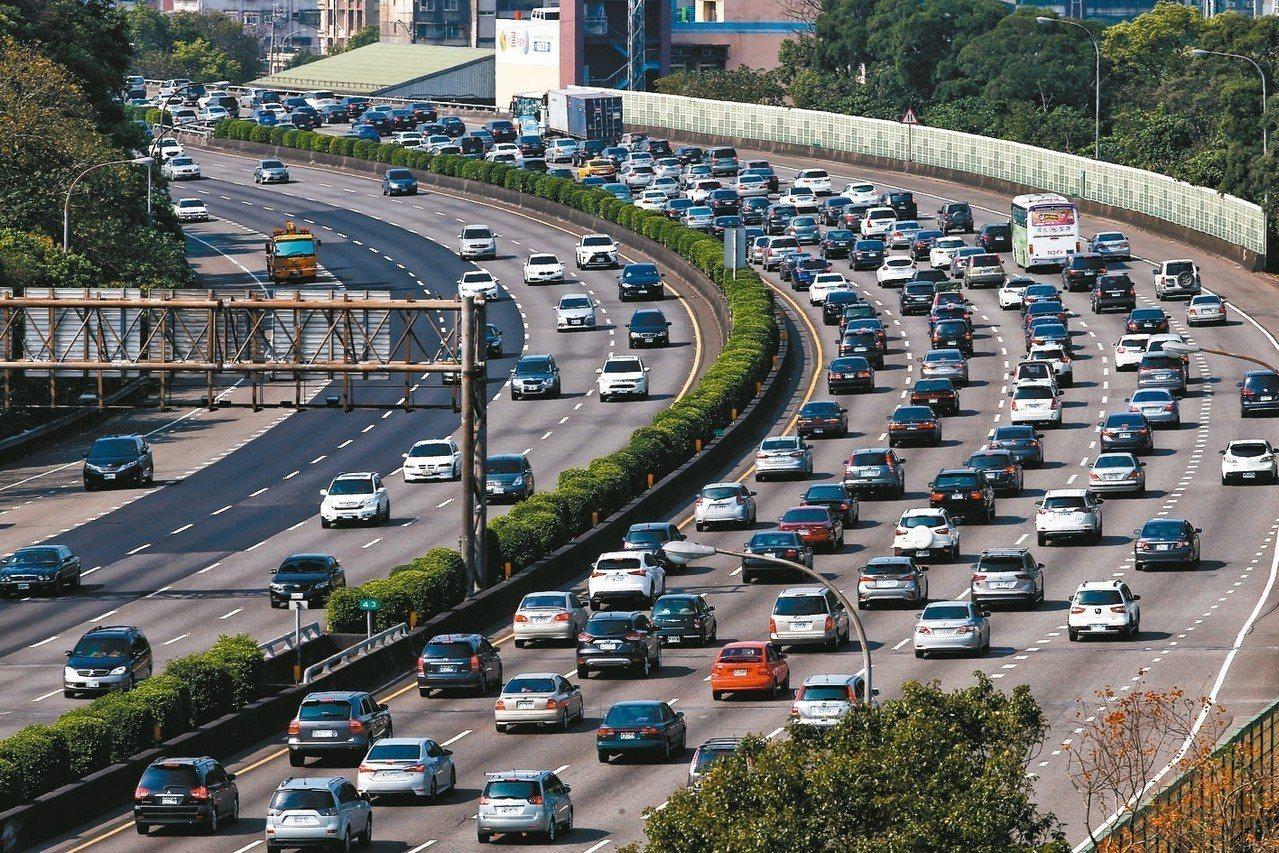 元旦四天連假明天開始,高公局預估明天國道交通量最高可達平日兩倍,南下車潮集中在明...
