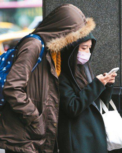 跨年連續假期受到冷氣團影響,氣象局估四天都會是溼冷天氣,提醒民眾做好保暖措施。 ...
