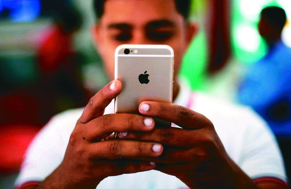 iPhone新機一向不打折,蘋果去年底卻在美國促銷,消費者購機時可拿舊款iPho...