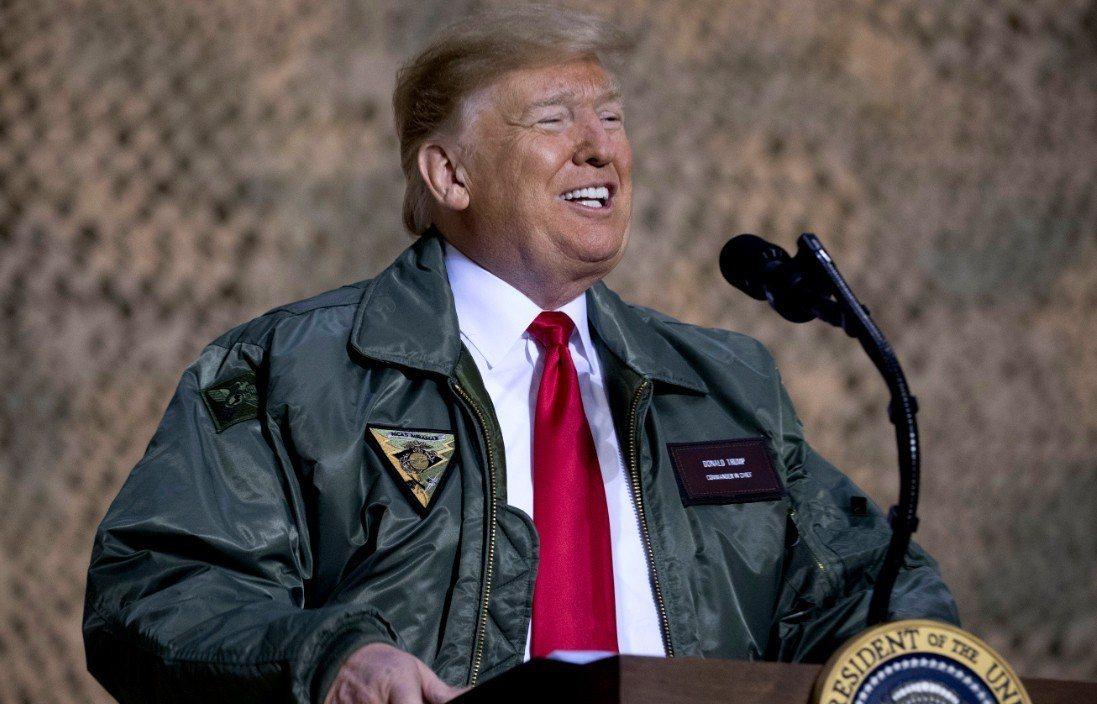 川普閃電訪問伊拉克,視察駐紮戰區的美軍部隊。 美聯社