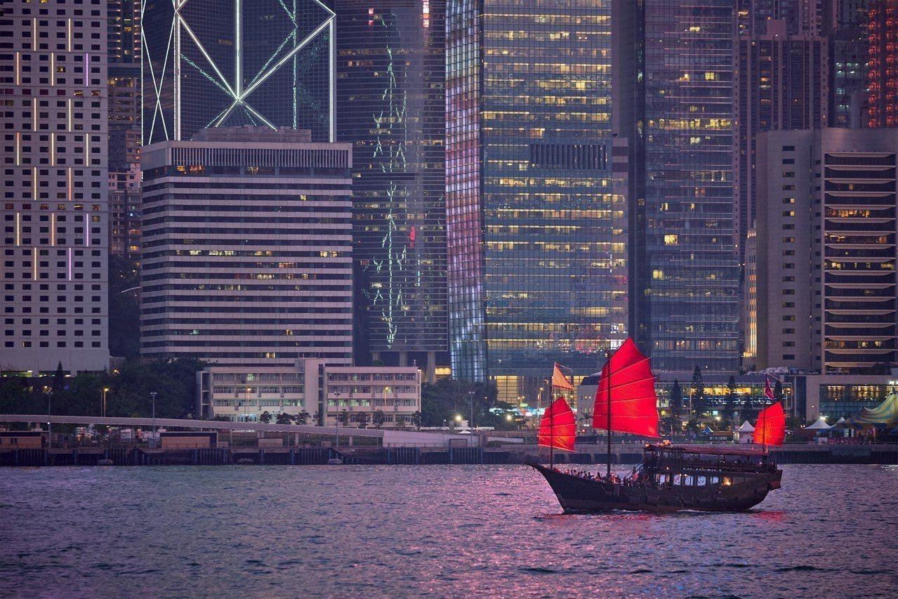 香港大學做的民調結果顯示,香港巿民對過去一年整體發展的滿意比率為36%,不滿比率...
