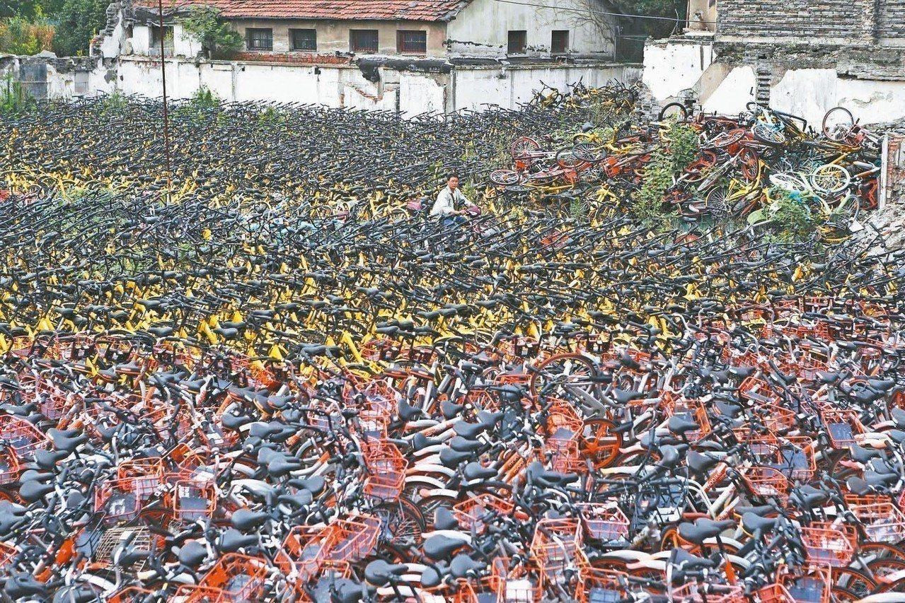 共享單車品牌ofo小黃車爆發擠兌押金事件。圖為上海虹口區一處堆放大量遭棄置的共享...