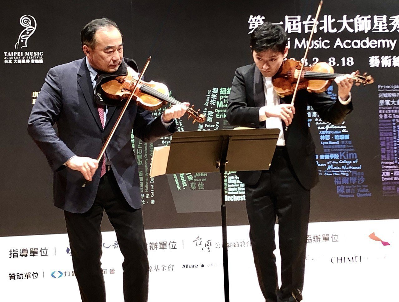醞釀多年,旅美小提琴家林昭亮(左)終於圓夢,28日在記者會中正式宣告,明年8月將...