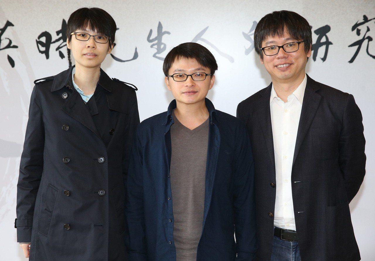 余英時先生人文研究獎28日在台北舉行第4屆頒獎典禮,得獎人黃怡君(左起)、徐聖凱...
