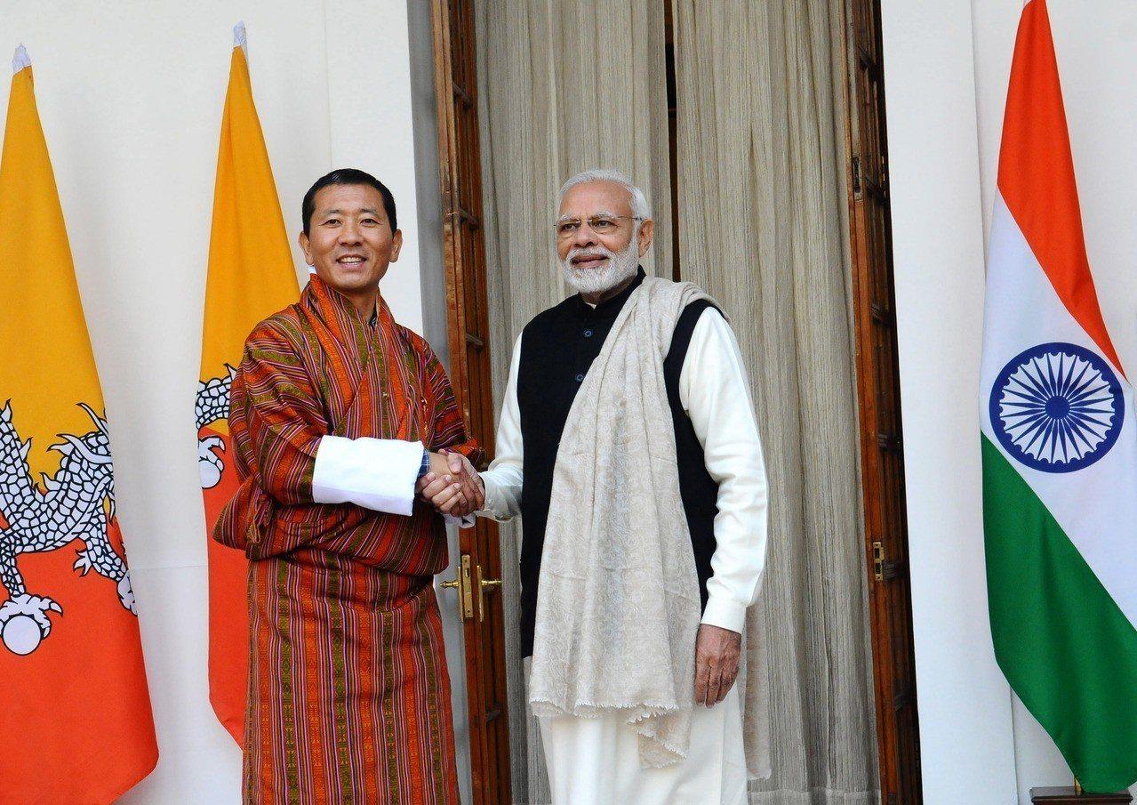 不丹總理希林(左),平日處理政事,週六則穿上醫師袍,以泌尿科外科醫師的身分為病患...