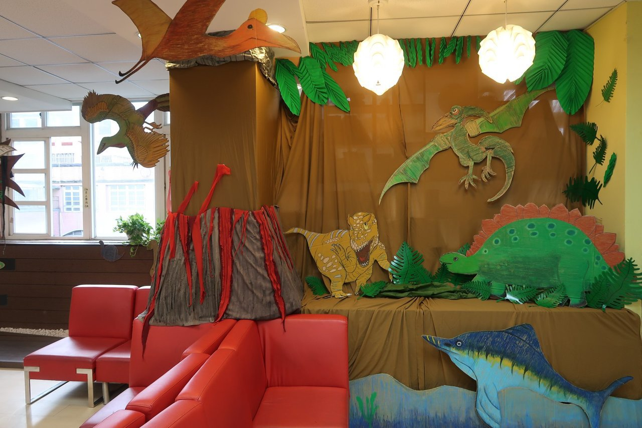家長在圖書館打造精美逼真的恐龍場景。圖/修德國小提供