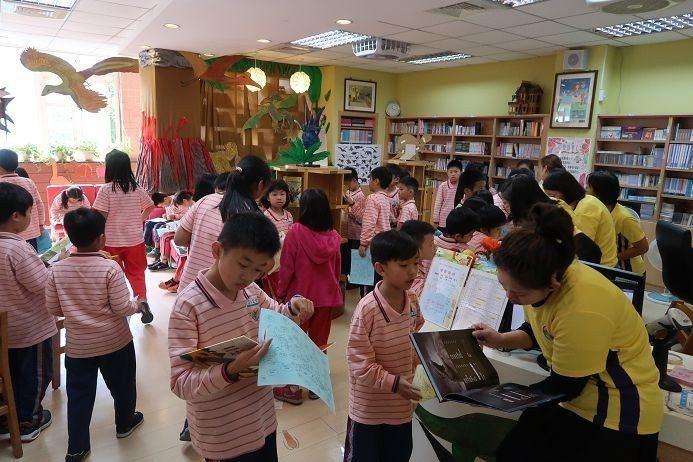 書展期間每節下課總是擠得滿滿的圖書館。圖/修德國小提供