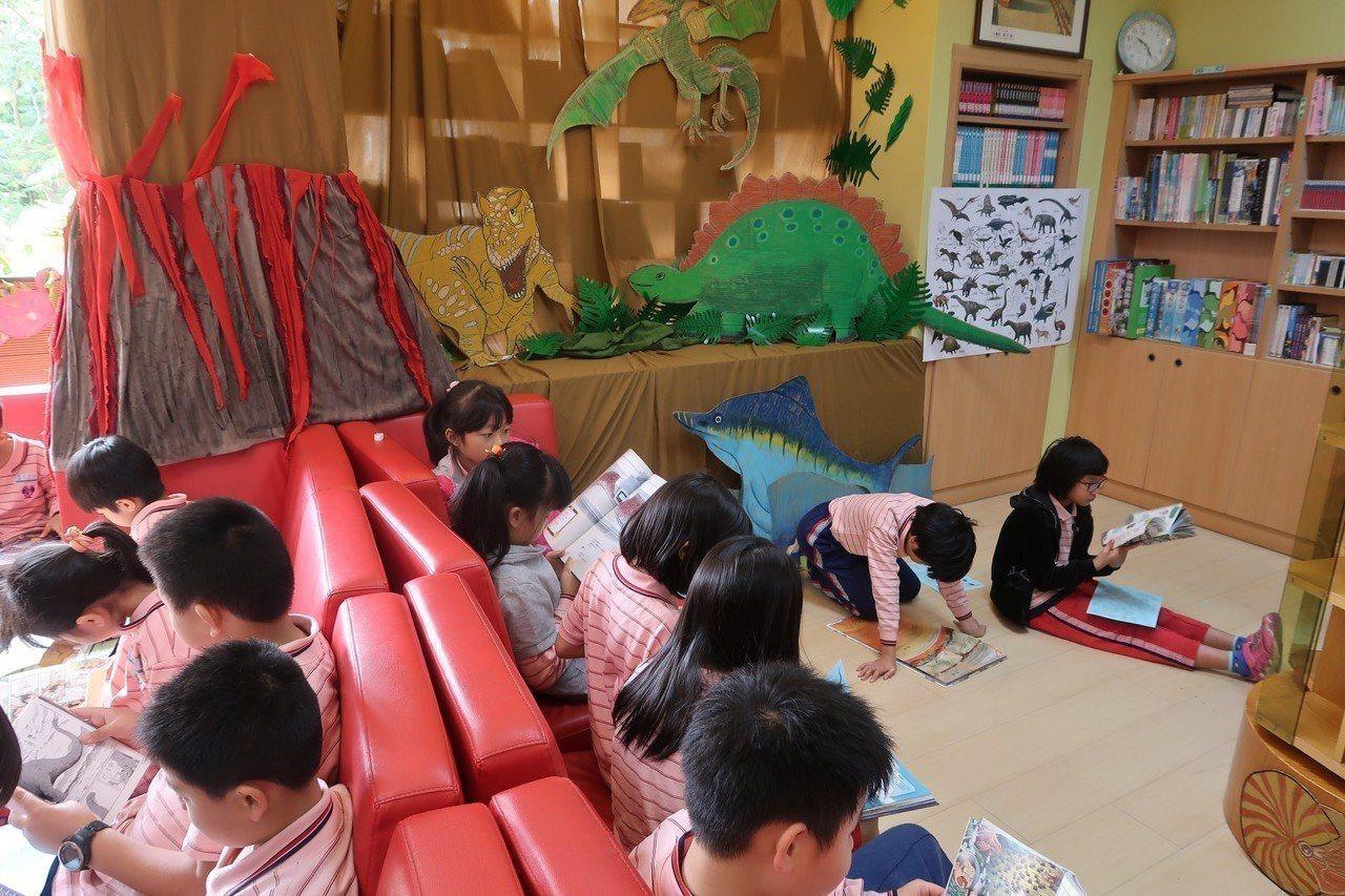 學生踴躍參加主題書展活動。圖/修德國小提供