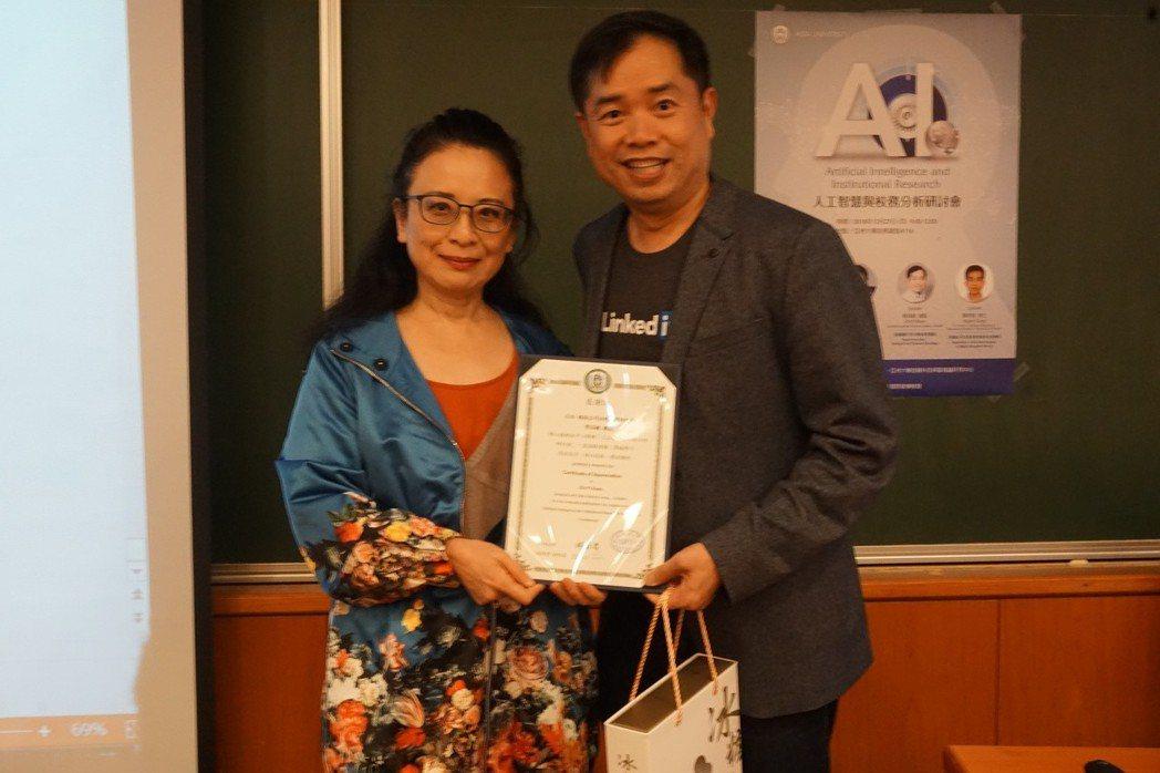 林蔚君代表亞大致贈感謝狀給LinkedIn領英分析與資料科學總監管其毅。