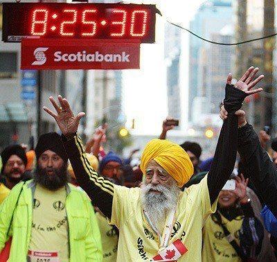 百歲人瑞在2011年用8小時25分鐘跑完42公里的多倫多馬拉松。圖取自科學的養生...