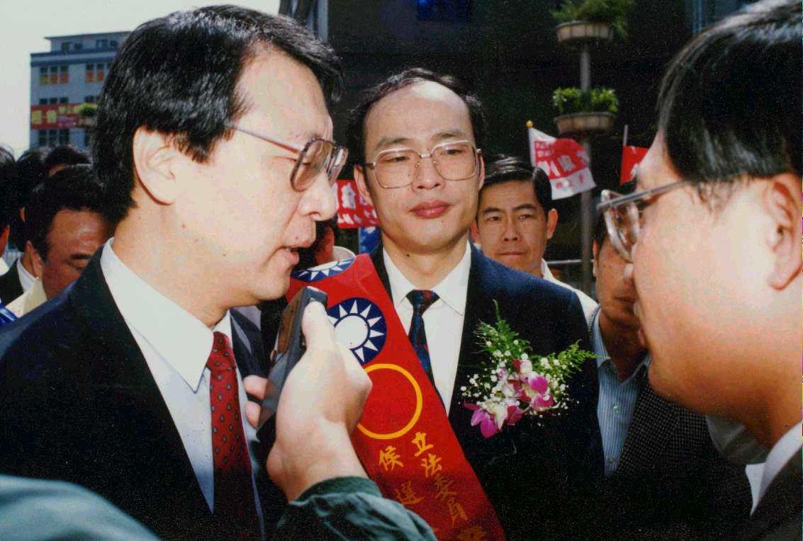 圖為1992年,趙少康(左)到時任台北縣立委委員參選人的韓國瑜(中)競選總部成立...