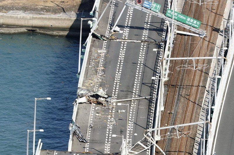 關西機場對外聯絡道被輪船撞斷,攝於9月5日,日本大阪。 圖/美聯社