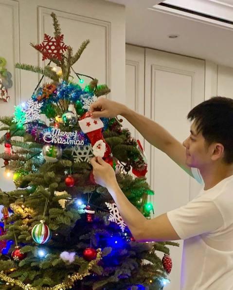 不老男神林志穎婚後幸福,和陳若儀育有3子,大兒子Kimi和雙胞胎Jenson及Kyson更是遺傳小志優良基因,成星二代萌娃。日前聖誕節,小志曝光在家佈置聖誕樹時的模樣,表示「趁他們睡覺來準備他們期待...