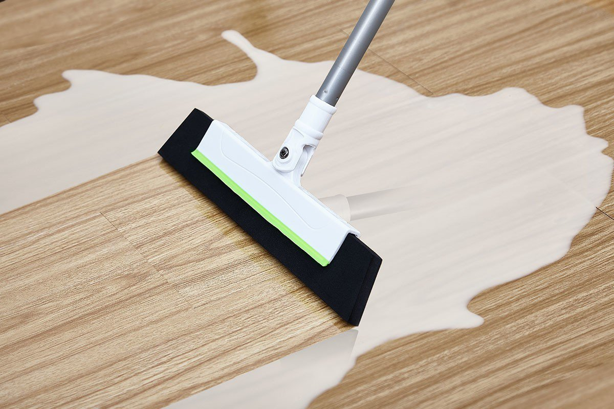 EVA無痕彈力掃把的高密度防水材質能輕鬆掃水,刷頭還能180˚旋轉,且能集結毛髮...