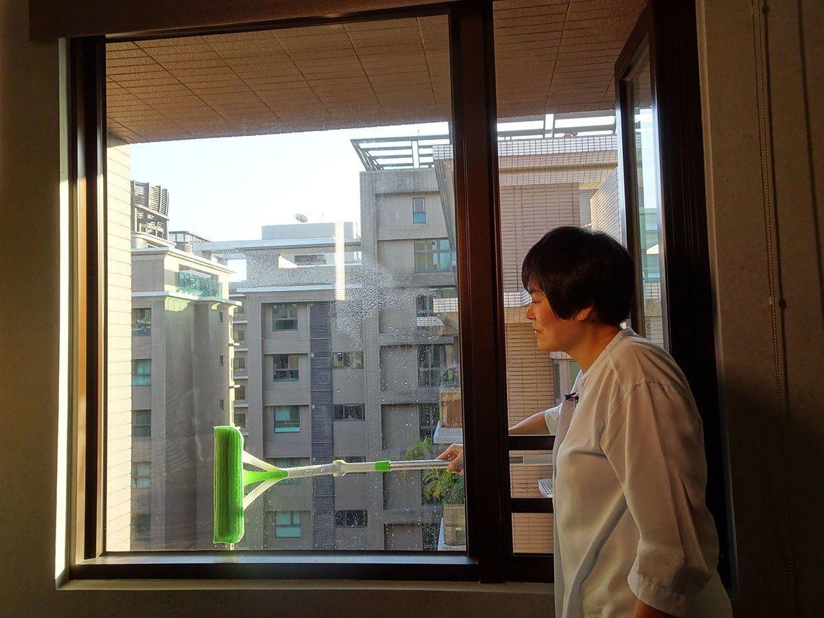 三效潔淨多功能擦窗器「1洗2刮3擦淨」,擁有五段角度,方便清潔每個角落。(照片來...