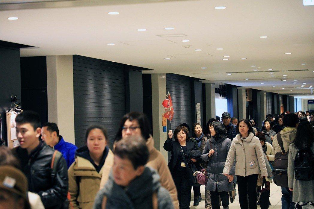 目前來到豐洲的觀光客,主要以日本人為主,尤其是團體旅行。 攝影/陳威臣