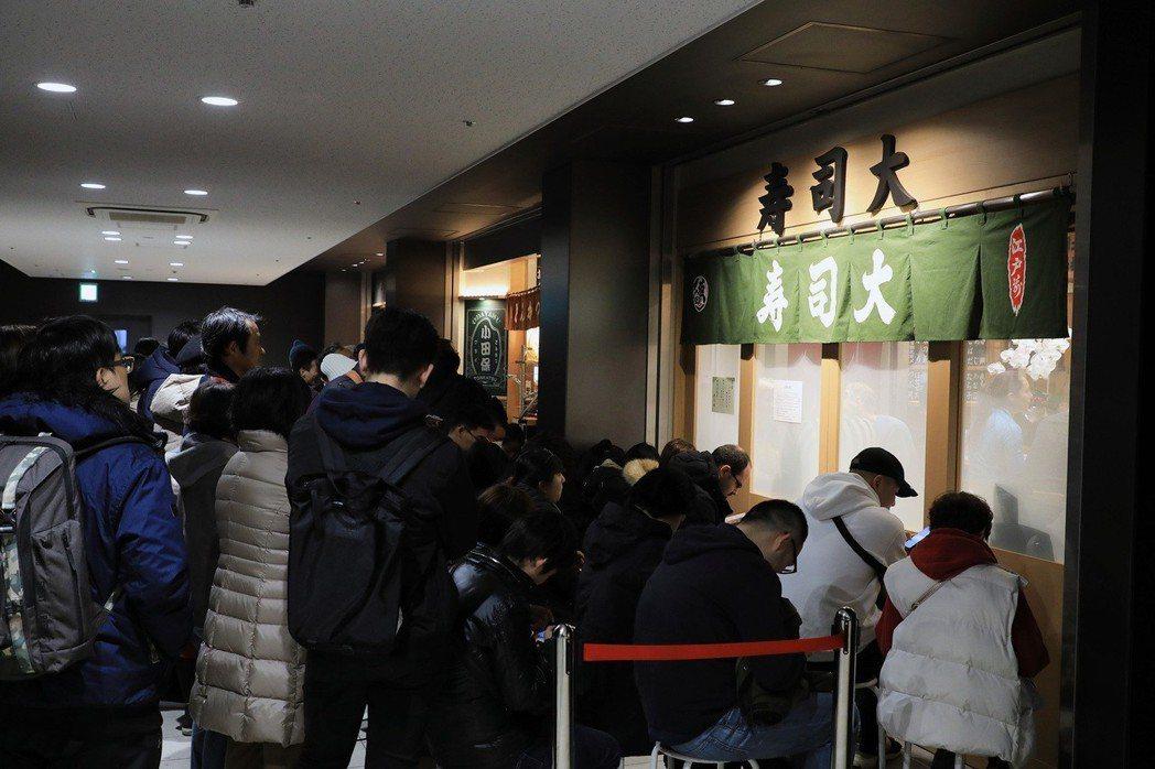 豐洲市場正值採購年貨的旺季,許多跟著搬遷至此的餐飲業者,門外依舊是大排長龍。圖為...
