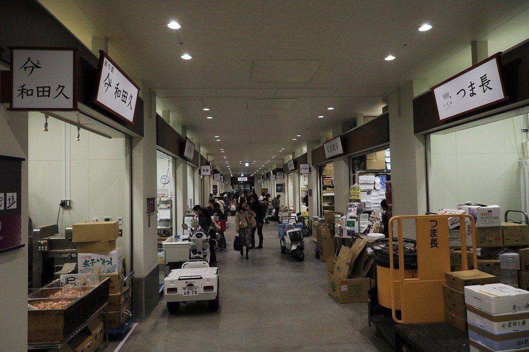 新市場有更舒適與寬廣的空間,販賣區與飲食區的規劃也更完善。圖為豐洲市場的物販店舖...